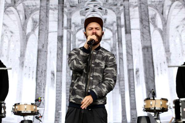 Woodkid en concert lors du Midnight Sun Music Festival en 2014.  L'artiste se produira sur la scène du Festival Urban Empire le 27 août 2021 sur l'esplanade de Beaublanc à Limoges
