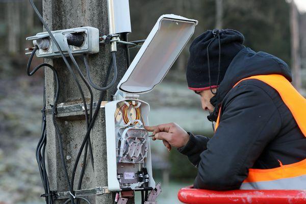 Chantier de vérification d'un point de branchement optique (PBO) pour la fibre à très haut débit