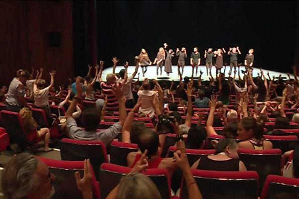 Lors du festival mondial Clin d'Oeil dédié aux arts en langue des signes, Reims devient le symbole de la culture sourde.
