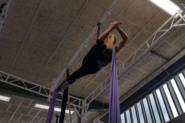 Emilie Magnaval, artiste à l'école du cirque de Montluçon, est une spécialiste du tissu aérien.