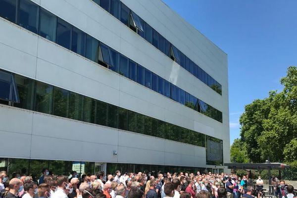 Les fonctionnaires de police rassemblés devant le commissariat de Strasbourg, vendredi 12 juin 2020, pour protester contre la stigmatisation de leur profession.