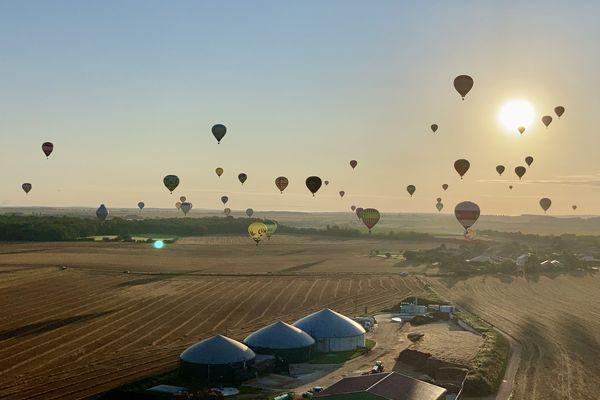 Vue du lever du soleil depuis une montgolfière à l'occasion du Grand Est Mondial Air Ballons 2021.