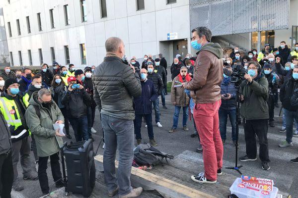 Le député LFI (France Insoumise) François Ruffin est venu soutenir les grévistes de General Electric, ce mercredi 25 novembre en fin de journée.