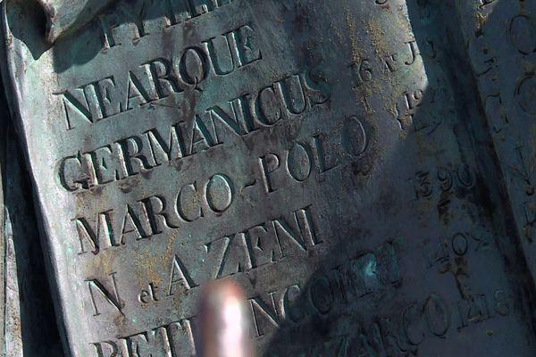 """Sur les bas-reliefs de la statue de Cuverville à Toulon, le nom """"Germanicus"""""""