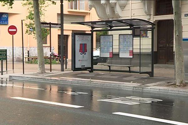 Un arrêt de bus déserté au 10 ème jour de grève à la CTPM, le réseau de transport urbain de Perpignan - 26/04/2017.