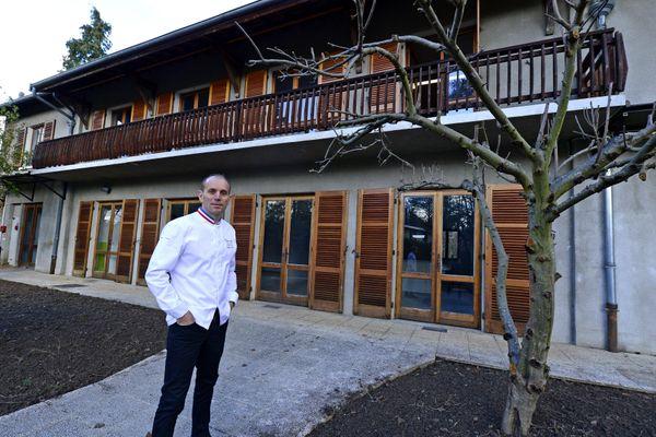 Davy Tissot devant la maison à Ecully (métropole de Lyon) où il a pu s'entraîner avec son équipe.