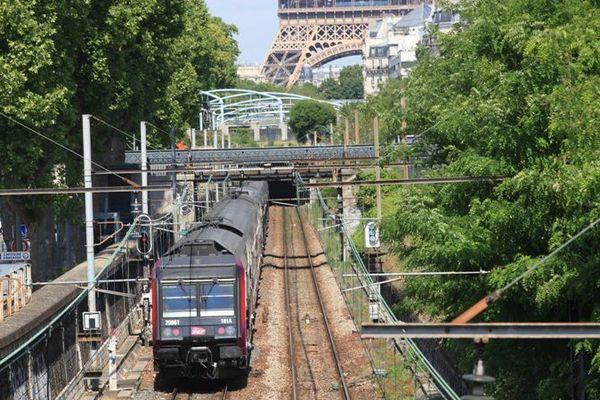 Un train de la ligne RER C à Paris intramuros.