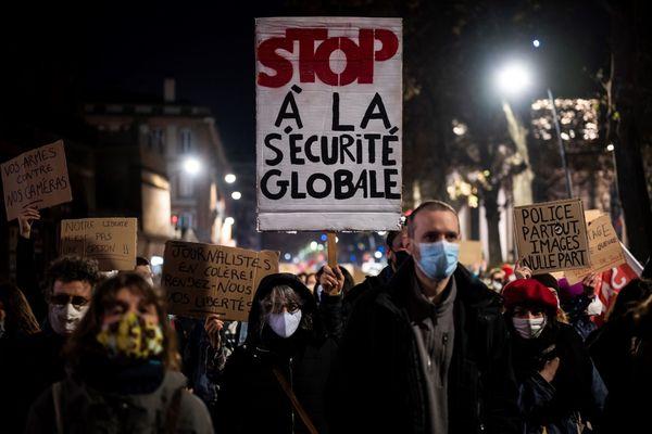 """Près de 4 000 personnes ont manifesté jeudi 26 novembre 2020 à Toulouse pour protester contre la proposition de loi """"Sécurité globale"""" votée à l'assemblée nationale."""