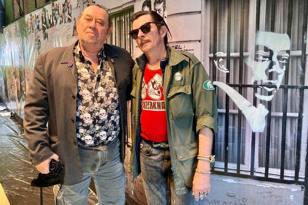 Le photographe Pierre Terrasson et le pochoiriste Jean Yarps, à la médiathèque d'Erstein où est exposée une fresque reconstituant la façade de l'hôtel particulier de Serge Gainsbourg rue de Verneuil, à Paris.