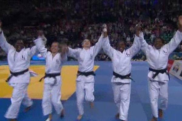 La joie des 5 françaises à l'issue de leur victoire, dimanche par équipe à Montpellier.