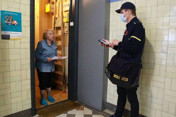 Durant la crise sanitaire, les visites à domicile des facteurs sont rendues gratuites pour les personnes âgées et isolées.