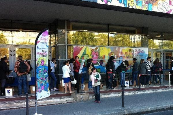 Ce vendredi 9h15 une trentaine d'étudiants patientent devant les portes du forum du logement organisé par le Crous.