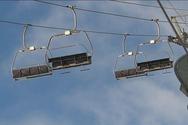 A Puyvalador, dans les Pyrénées-Orientales, les remonte-pentes sont à l'arrêt pendant les vacances de Noël. La station de ski est fermé pour cause de déficit.
