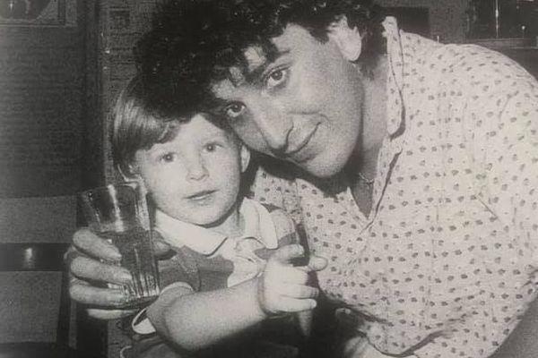Dani Lary, âgé de 18 ans, avec Julien Vinson sur ses genoux, alors âgé de 5 ans.