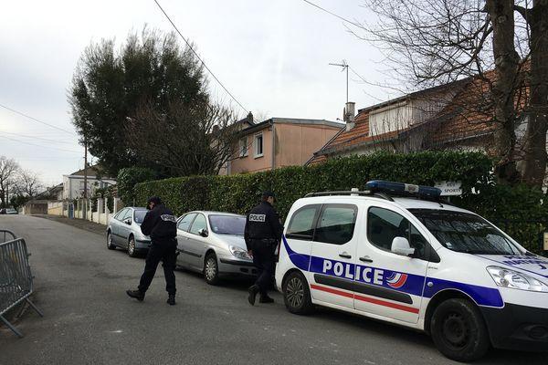 Les policiers ont de nouveau bouclé une partie du quartier où réside la famille Troadec à Orvault