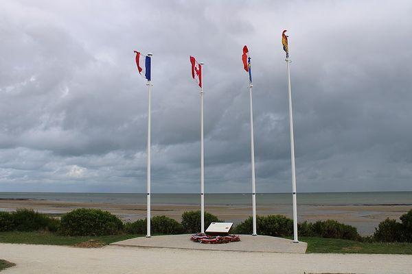Dans le Calvados, sur la Côte de Nacre, un ciel nuageux ce LUNDI face à la plage mémorielle de Bernières-sur-Mer.