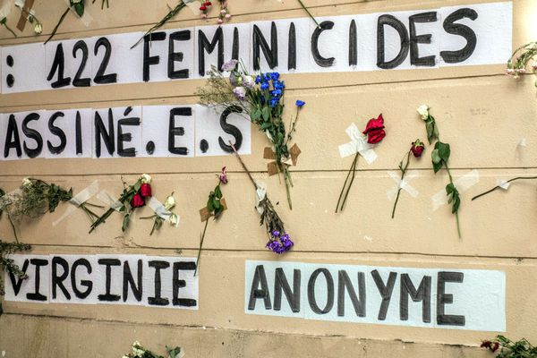 Les prénoms de 122 femmes victimes de violences et des slogans ont été collés sur les murs du 11ème arrondissement pour le premier anniversaire des colleuses anti-féminicides.