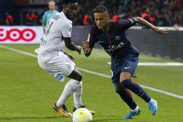 Le Stéphanois Jonathan Bamba face à la star du PSG Neymar .