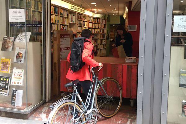 """A Perpignan, la librairie Torcatis un système de retraits des commandes au grand plaisir de ses clients qui, après six semaines de confinement, peuvent enfin faire le plein de livres. """"Mais ça ne compensera pas la fermeture, on ne rattrapera jamais le chiffre d'affaires perdu""""."""