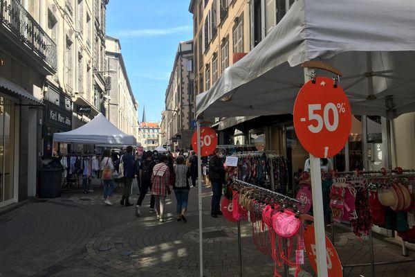 Dans tout le centre-ville de Clermont-Ferrand, la braderie de printemps attire les clients.