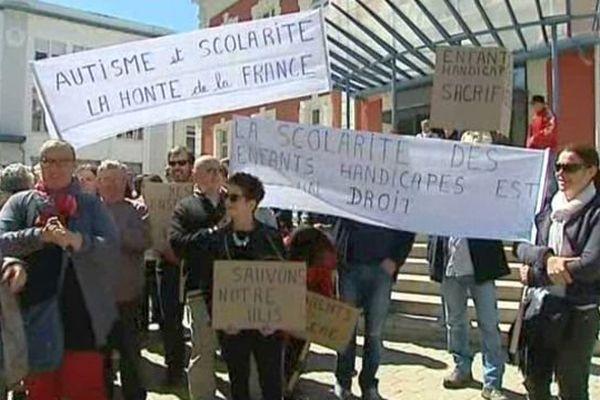 Des parents d'élèves sont descendus dans la rue à Montceau-les-Mines pour réclamer davantage de moyens pour leurs enfants autistes ou handicapés