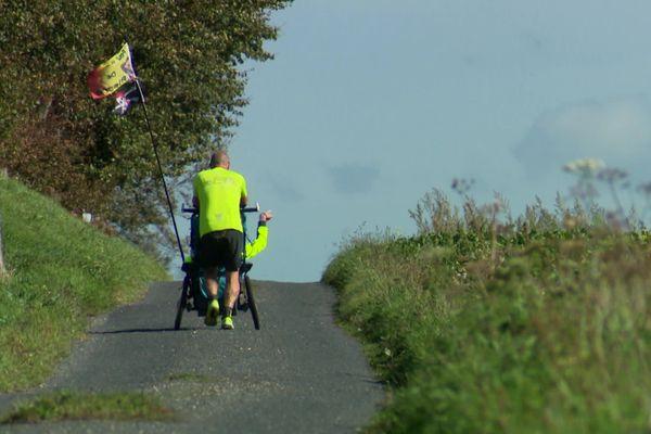 Sébastien et son fils Pierre en train de courir sur une route normande