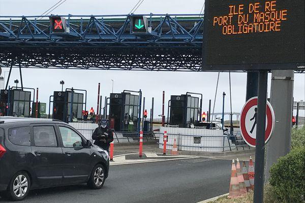 Contrôle des forces de l'ordre au péage du pont de l'île de Ré (Charente-Maritime), ce samedi 10 avril 2021.