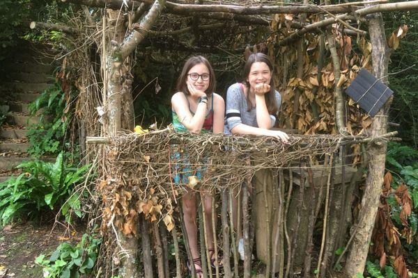 Asa en compagnie de Maja, sa correspondante allemande, dans la cabane construite pendant le confinement