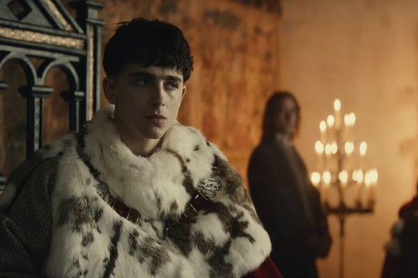 Henry V sur son trône dans le film de Netflix.