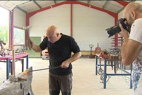 Ludovic Combe en pleine séance photo chez Philippe Marliat, ferronnier d'art.