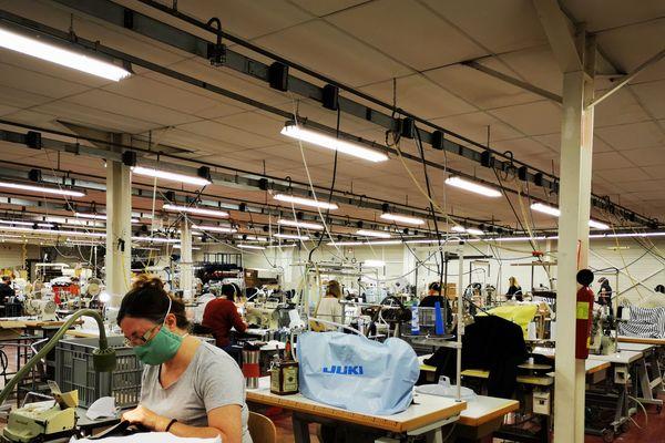 A Saint-Pouange (Aube), l'entreprise Chanteclair a tout misé sur la fabrication de masques en tissu lavables. Et espère s'en sortir