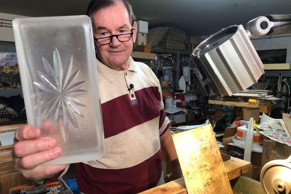 Jean Hartwig, maître artisan d'art tailleur de cristaux à Amilly dans le Loiret.