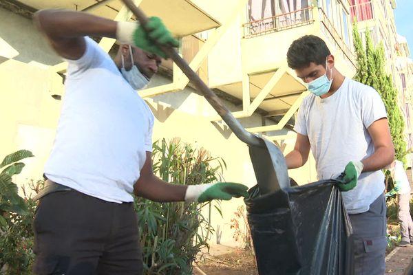 Une cinquantaine d'agents de propreté ont nettoyé le quartier du Point du Jour à Saint Laurent-du-Var ce lundi matin.