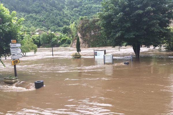 A Sainte-Enimie, la rivière Tarn a inondé les rues et les commerces. Le Gard et la Lozère sont en vigilance orange pluie-inondations-orages jusqu'au samedi 13 juin.