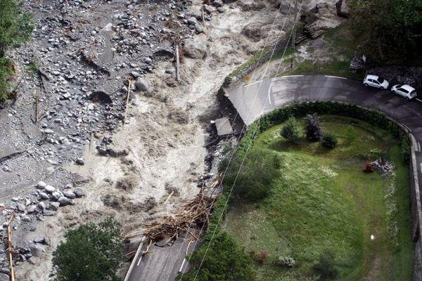 La route coupée à Barèges après les inondations.