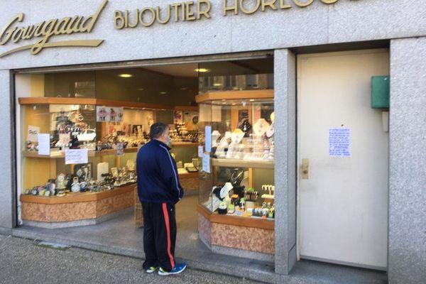 En 10 ans, 50% des commerces de centre ville ont disparu à Yssingeaux. Il en reste environ 70 aujourd'hui dont une vingtaine qui sont concernés par l'arrêté du maire (qui peuvent donc rester ouverts).