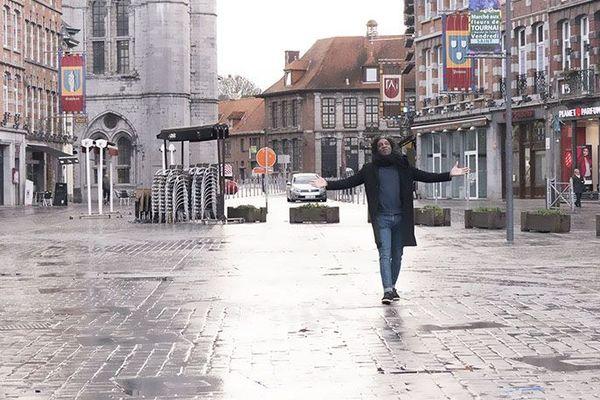 Kamini chante dans les rues de Tournai