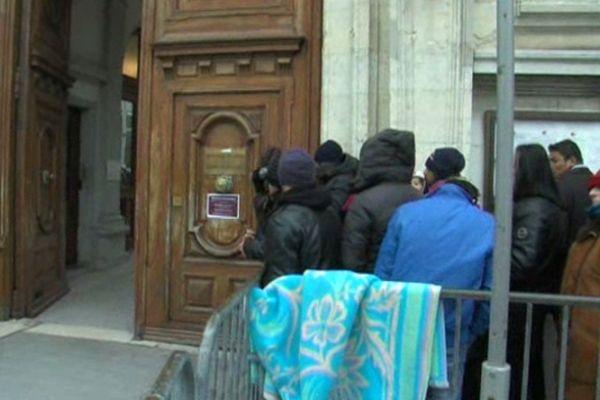 La queue des demandeurs d'asile à Grenoble