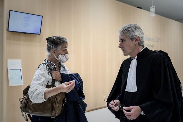 La pneumologue Irène Frachon et l'avocat Yves Hartemann au tribunal correctionnel de Paris en juin 2020, pendant le procès du Mediator
