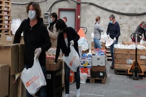 Les bénévoles de la Banque Alimentaire de Charente-Maritime remplissent les sacs destinés aux bénéficiaires, la veille de la distribution.