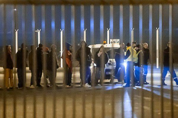 Les équipes de surveillance escortent les migrants qui ont pénétré conjointement dans le tunnel, dans la nuit de vendredi à samedi