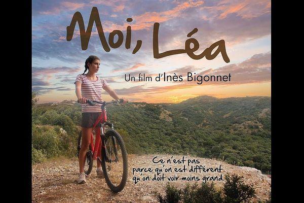 Inès, Léa dans le film, pédale contre les préjugés dans la campagne gardoise.