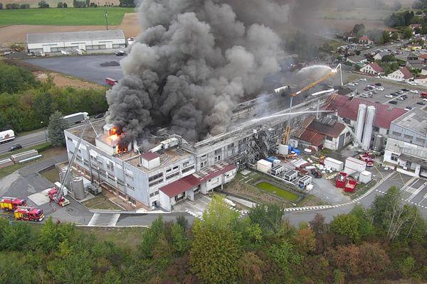 Vue aérienne de l'incendie de l'usine Mondelez à Jussy dans l'Aisne