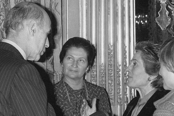 En 1980, Valéry Giscard d'Estaing s'entretient avec François Giroud (à droite), secrétaire d'Etat en charge de la Condition féminine, sous le regard de sa ministre de la Santé, Simone Veil (au centre).