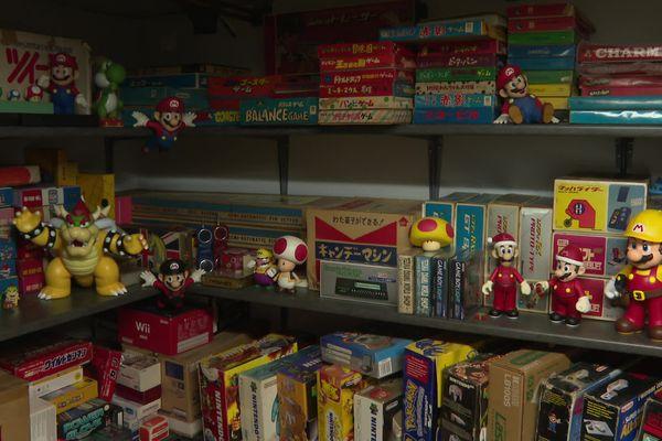 Sur les étagères dans la cave dorment une centaine de références : consoles, jeux, appareils, figurines...