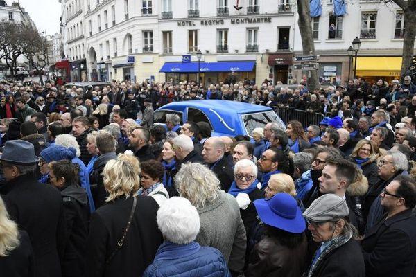 Sur la Butte Montmartre la foule se presse pour un dernier au revoir à Michou, figure du quartier et des nuits parisiennes. Paris, le 31 janvier.