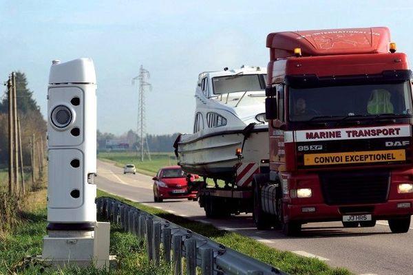 Une borne écotaxe sur route départementale dans l'Ouest de la France.