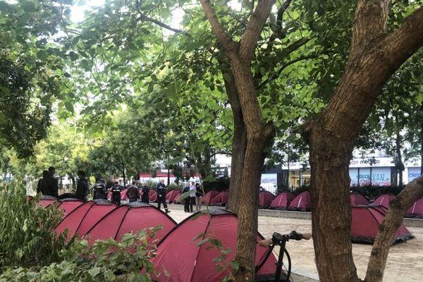 Un camp de jeunes migrants installé à Paris par des associations.