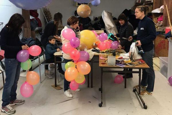 Les habitants de Mouans Sartoux (06) en plein préparatifs du défilé du dimanche 1er mars. Le Carnaval est l'un des rares événements du département à avoir été maintenu malgré la menace du coronavirus