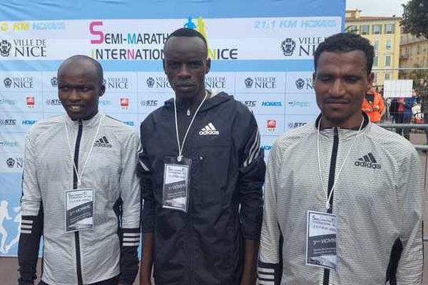 Le vainqueur, Kennedy Kipyeko (au centre sur la photo)